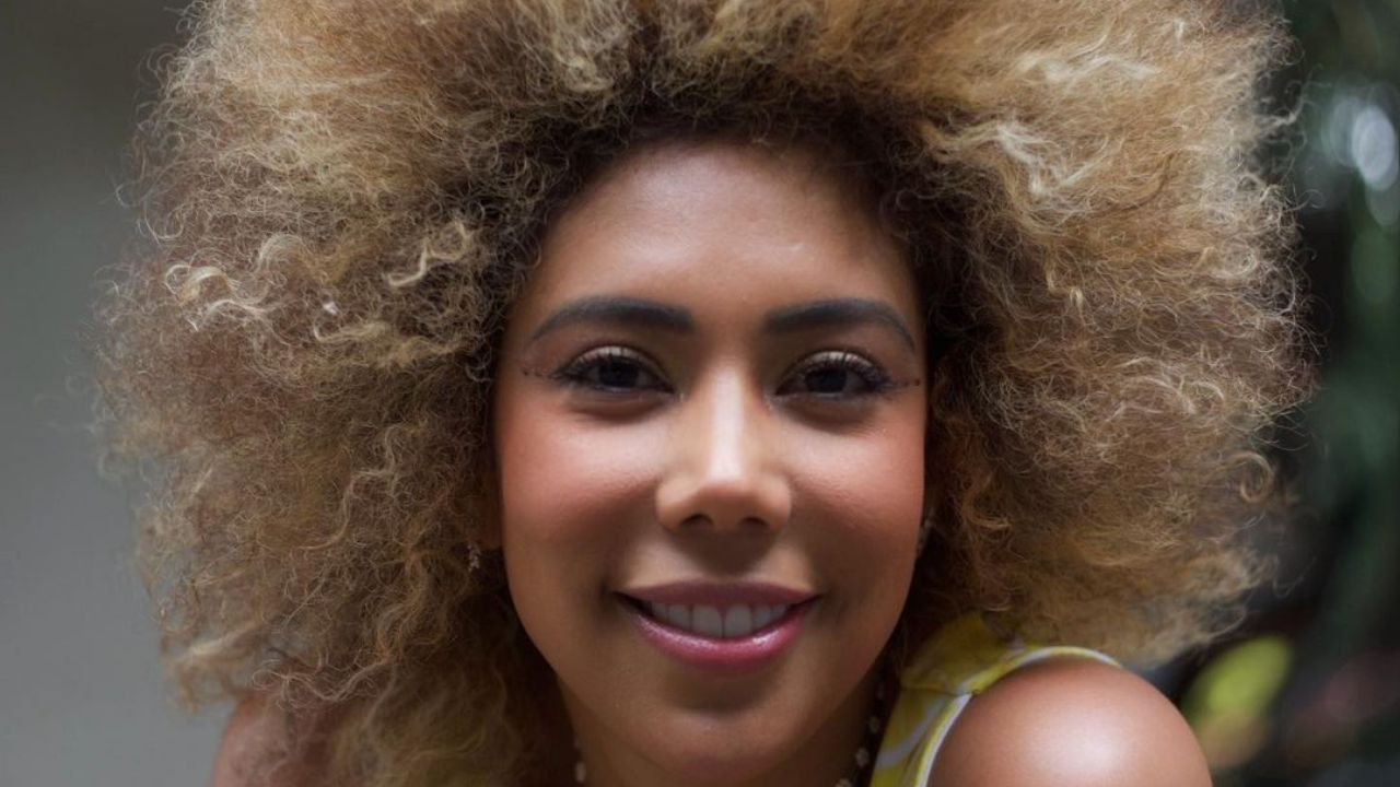Who is Anahi Izali from La Casa de los Famosos on Telemundo?